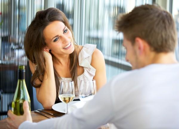 Как происходит знакомство мужчины с женщиной